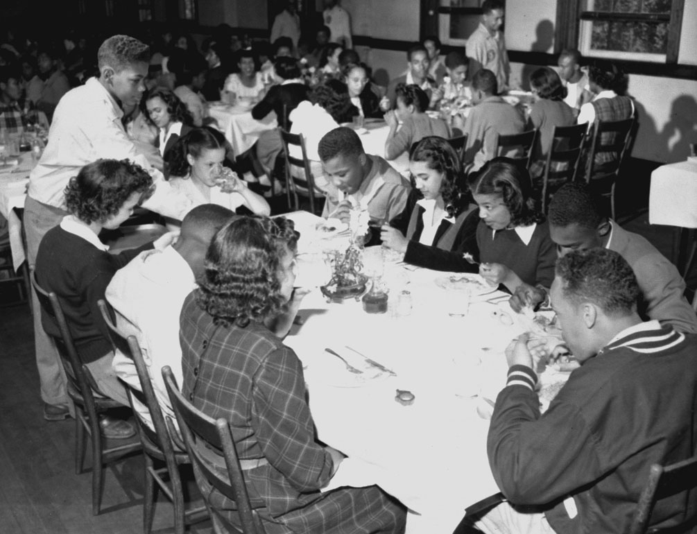 students eating lunch in kimball hall