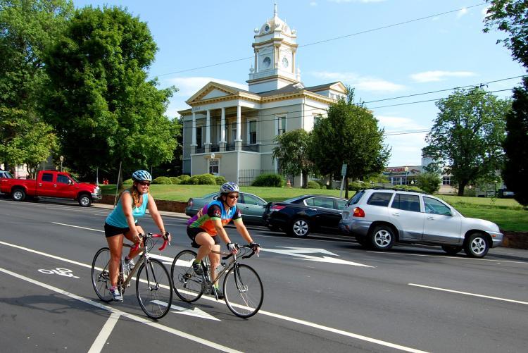 骑自行车的人在摩根顿市中心