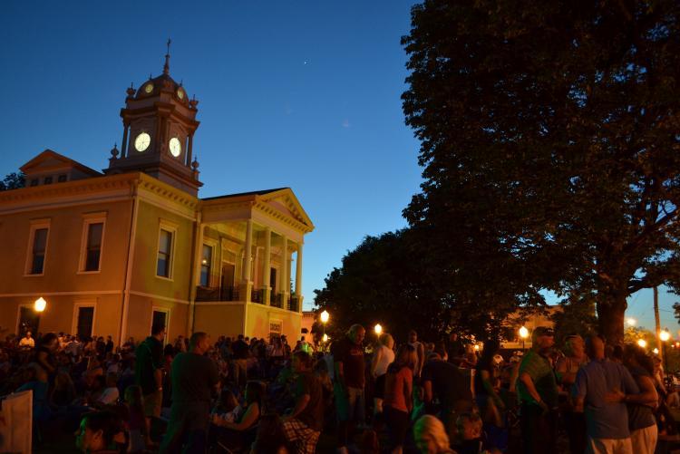 周五晚上的音乐会将在历史悠久的伯克县法院广场举行. 摄于北卡罗来纳州的摩根顿市