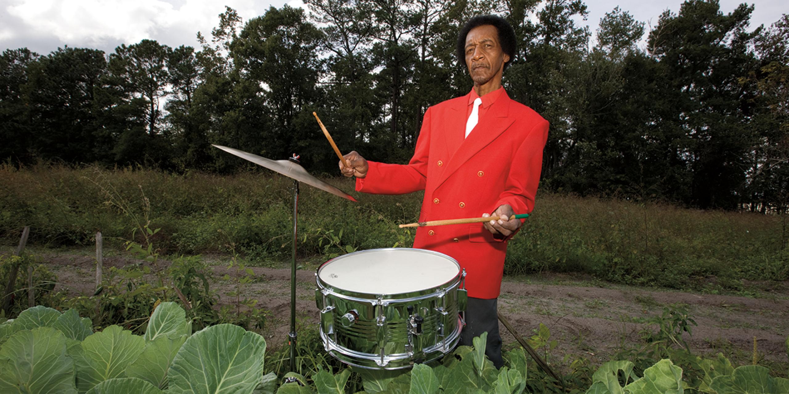 """克莱米·""""Fig""""·琼斯(Clemmie""""Fig""""Jones)住在新泽西州平克山(Pink Hill)他家附近.C. 他是一名节奏布鲁斯和摇滚鼓手特色的非洲裔美国人音乐之路项目."""