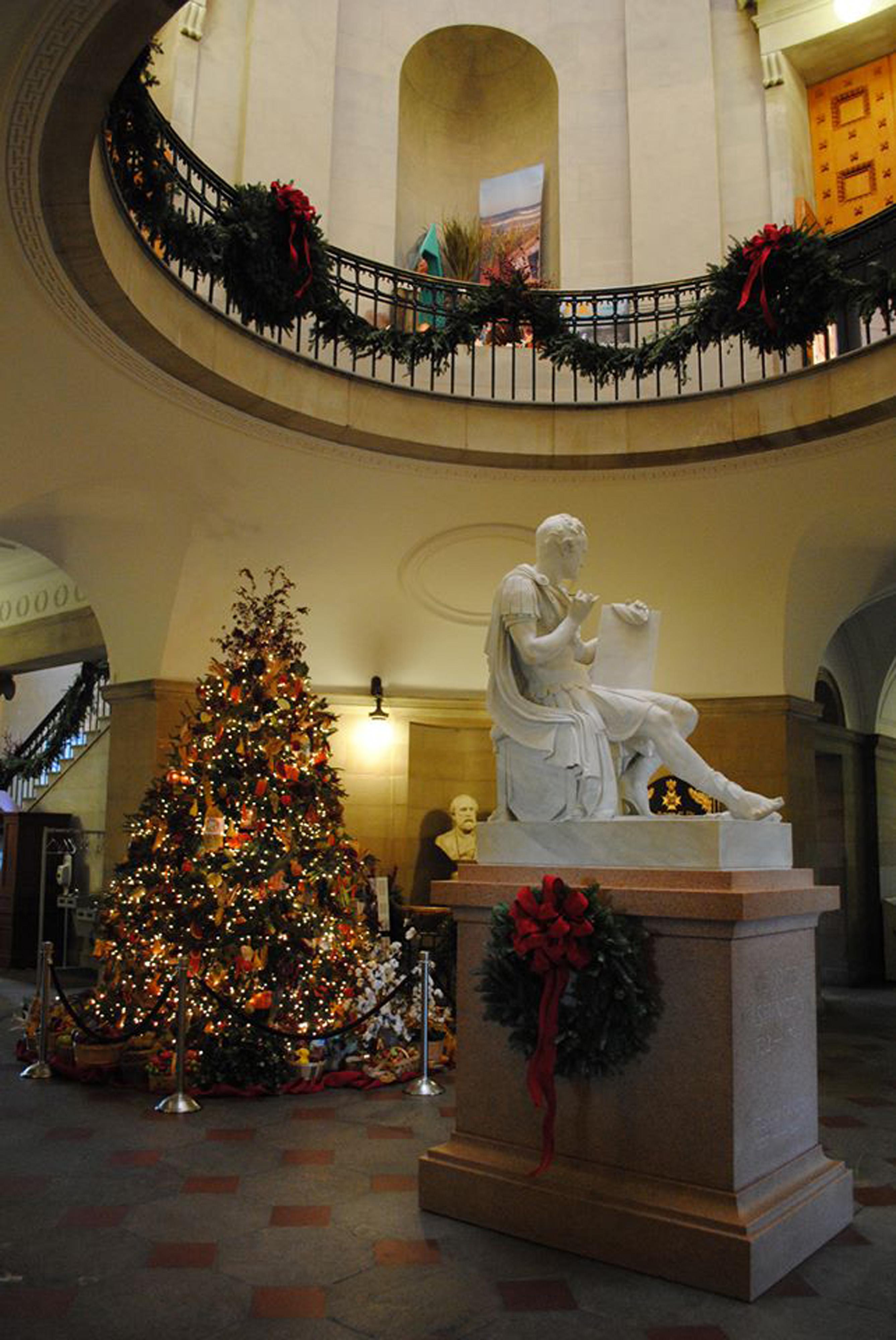 tree lighting ceremony starts holiday season at state capitol dec