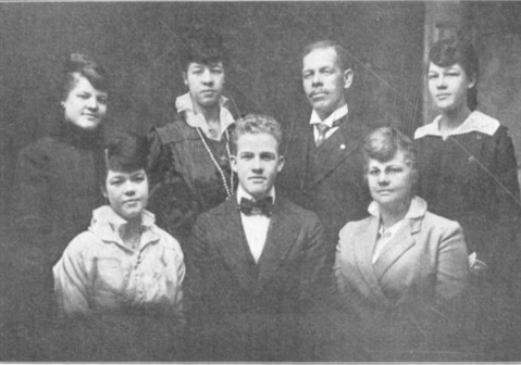 Davis (second from the right in the rear row) with his family.