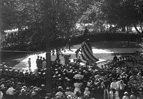 The unveiling of the Bagley Monument on Union Square. Image from the State Archives.